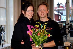 Emelie Wester och Christoffer Tiurinen från Säters cykel och motor fick varma applåder  och blommor för nomineringen årets ungdomsföretagare i Dalarna.