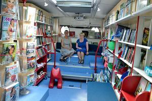 Plats för mycket mer än böcker. Mimmi Trång och Karin Blomqvist provar läshörnan i den nya biblioteksbussen.