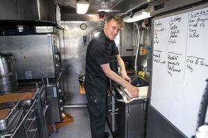 Kocken Carl-Filip Rova gör sin tredje vecka ombord på HMS Falken.