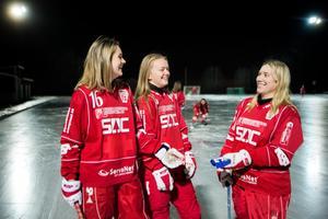 Lisa Krohn (till höger) lämnar över kaptensbindeln till Maja Westberg och Signe Castenäs efter drygt tio år som lagkapten.