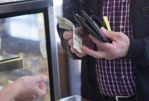 Ändra reglerna eller förtydliga dem så ett säkert och effektivt betalningsväsende främjas, skriver debattören. Foto: TT