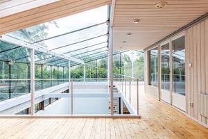 Villan har betydelsefulla arkitektoniska originaldetaljer, som till exempel de inglasade partierna i original, byggda med en sinnrik konstruktion av stålbeslag.