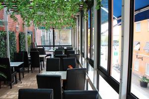Insidan av restaurangens balkong där en kan sitta och njuta av utsikten mot Rådmansgatan och Stora Torget.