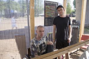 Jacob Ljung från Malmö och Jacob Lundberg från Stockholm är volontärer och besökare av festivalen för första gången. De berättar att de jobbar arbetsskift om sex timmar per dag.