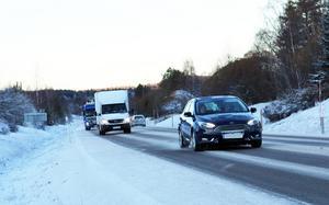 Trafikverket har kapat belysningsstolparna längs genomfarten i Sollefteå. Nu försvinner större delen av belysningen.