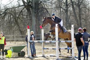 Utanför ridhuset kan de tävlande värma upp hästen inför hoppningen.