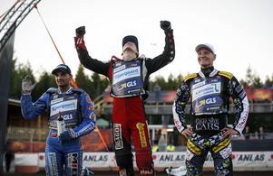 Fredrik Lindgren på pallen bredvid trean Bartosz Zmarzlik och segraren Maciej Janowski i GP-tävlingen i Hallstavik i fjol. Arkiv: Fredrik Persson/TT
