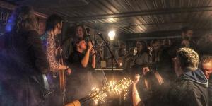 Det blev fullt inne på Wrangelska Rocks när rockbaren hade premiär i lördags. Foto: Hanna Lindmark
