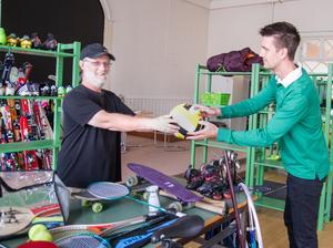 Dan Granlie och Måns von Stedingk på Fritidsbanken i Arboga har fått lämnat ut mycket utrustning genom åren. Båda anser att det gått över förväntan och utlåningen ökar hela tiden.