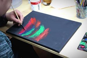 Idag målar Peter på svart canvas.