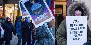 Kvinnomarsch med tryck. Demonstranterna, unga, äldre, kvinnor och män, lyfter frågor jämställdhet och kvinnors rättigheter.  Till höger: Mia Jackson