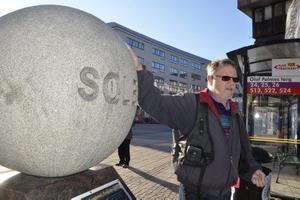 Förklarar. Kjell Olauson från Örebro Astronomi berättar att 1, 3 miljoner jordklot ryms i solen.