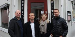 Martin Danielsson, Kim Hertz,  Johanna Åhman,  Mattias Åhman, personal på Åhmans mäkleri utanför ingången till framtida kontoret.