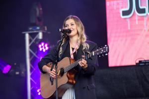 Linn Wikblad hade vunnit School's outs egen tävling, School's out live.