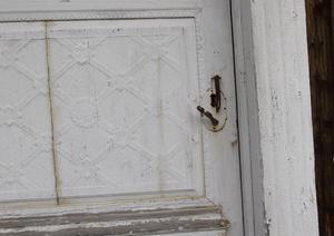 Det finns en speciell så kallad Forsadörr i byggnaden. – Man kan inte kräva att hela huset ska vara kvar för en dörr, säger Annika Ystegård och berättar att dörren inte kommer att slängas bort.