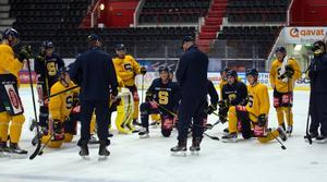 Flera SSK-spelare är för själviska och spelar inte för laget, säger SSK:s sportsligt ansvarige, Mikael Samuelsson.