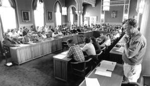 På den här bilden från ett kommunfullmäktigemöte 1979 ses Ingemar Karlsson ståendes till höger. Foto: NA arkiv/Pelle Forsberg