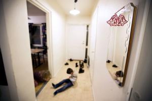 I en lägenhet på hemlig adress i Härnösand gömmer sig Fatima och hennes familj. De har blivit dödshotade av hennes man.