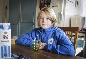 Dennis Holmstedt gillar fotboll i Munktorp BK och friidrott i IK Westmannia.