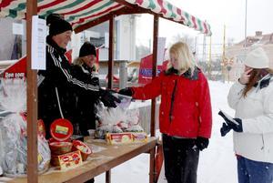 Lockar med lotter. Conny Karlsson och Malin Lindberg sålde lotter för FGoIF. Jennifer Alexon hade tur och vann en pepparkaksburk.