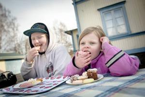 Jessica Hallingström och Mikaela Zettersten passade på att njuta av fikabuffén.
