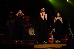 Eleverna från musik- och dansetstet har tillsammans gjort föreställningen.