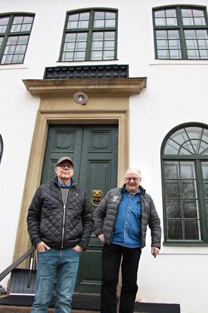 Lennart Bryngelssson och Mats Westin som bor på Forsbacka Herrgård är stolta över det arbete de gör med att vårda den gamla kulturhistoriskt viktiga byggnaden.
