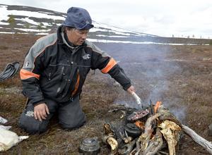 Peter Andersson lagar renkött på det optimala sättet, ute på fjället över öppen eld.