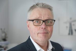 Jöran Hägglund är landshövding i Jämtlands län. Signaturen tycker att han ska folkbokföra sig här.