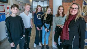 Nu syns tecken på att eleverna i Hallstahammars kommun klarar skolan bättre. På Tunboskolan i Kolbäck går, (från vänster): Gabriel Andersson, Niklas Persson, Greta Carnbring, Ida Olsson, Wilma Manninen. Till höger står rektorn Kristina Hallqvist.