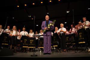 Bollnäs och Blås och Per-Olof Ukkonen tar emot publikens stående ovationer.