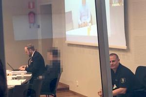 En av de misstänkta i rättssalen tillsammans med sin försvarare Johan Grahn. Den misstänkte mannen nekar till brott.