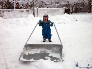 Puh. Liam 1,5 år är trött på snöskottningen! Foto: Maria Holtsby, Västerås