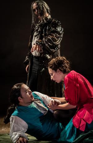 Staffan Liljas är en mörkerman, Ylva Stenberg och Hyojong Kim sjunger kärleksparet i Acis och Galatea på Confidencen. Fotograf: Martin Hellström