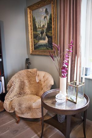 Biblioteket - även kallat salongen – är det rum invändigt som mest minner om gamla tider. Ärvda gamla trämöbler och oljemålningar med ornamenterade guldramar ger en engelsk herrgårdskänsla.