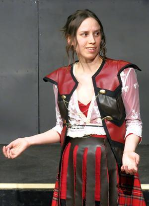 Emilia Jerlardtz gör sin Lysistrate både blixtrande och skör.
