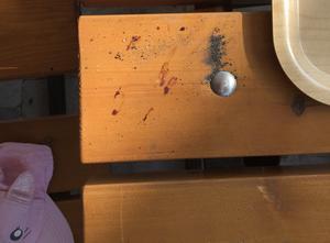 Blod och aska från cigaretter utsmetat på barnens bord.