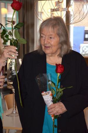 Konstnärerna, här Eva Underdahl, förärades en ros och choklad.