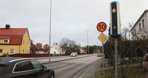 """Den nya """"fartkameran"""" är uppsatt på Köpingsvägen, mellan Oxbackens centrum och korsningen med Narvavägen och Djuphamnsvägen."""
