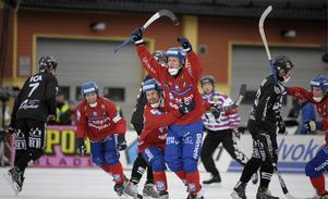 SAIK-depp och Edsbyjubel under den målrika finalen 2008. FOTO: TT ARKIV