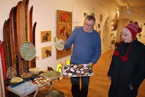 P-O Söderlund i samtal med en av besökarna av hans soloutställning i Orsa. Foto: Ulf Lundén