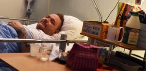 Patrik Sjöberg i sin säng på Örnsköldsviks sjukhus.