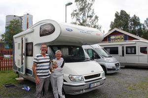 Paret Järsäter utanför sin husbil som har fått ersätta segelbåten.