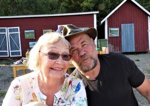 Connie Erickson från Buck Lake i Kanada och Arnstein Killingberg från Leksvik i Norge trivdes på folkfesten. Foto: Åke Bengtzon