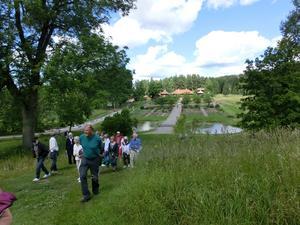 Högst upp i backen når vi Nya Staberg (herrgården) med fin utsikt över barockträdgård och Bergsmansgård.