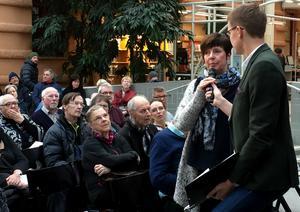 Demokratidebatt i Kulturmagasinet efter uppförandet av Harold Pinters pjäs Presskonferensen. Journalisten Oskar Nord från Sundsvalls Tidning och Mittmedia ställer frågor till Ingeborg Wiksten (F).