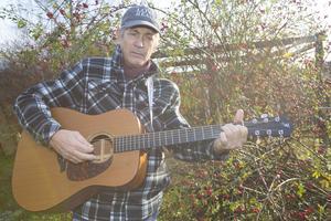 Doug Seegers har med sig fyra musiker på julturné och alla spelar akustiskt.