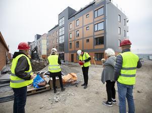 För första gången iklädda skyddsvästar och hjälm, ska de som tecknat sig för lägenheter  i de hus som Lillskär bygger, få se hur de blir.