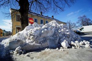 Tidigare vintrar har snön transporterats till avlastningsplatsen i Hamre men den är i princip full vid det här laget så man Hedemora kommun har behövt hitta andra platser.