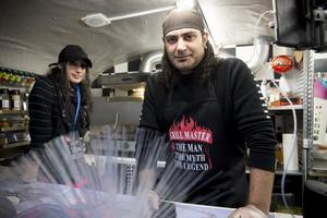 Alex Yousef och Nana Yousef hoppas Härnösandsborna vågar testa nya smakupplevelser.